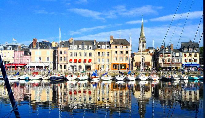 Bassin du port de Honfleur avec en arrière plan les façades typiques des immeubles de la ville