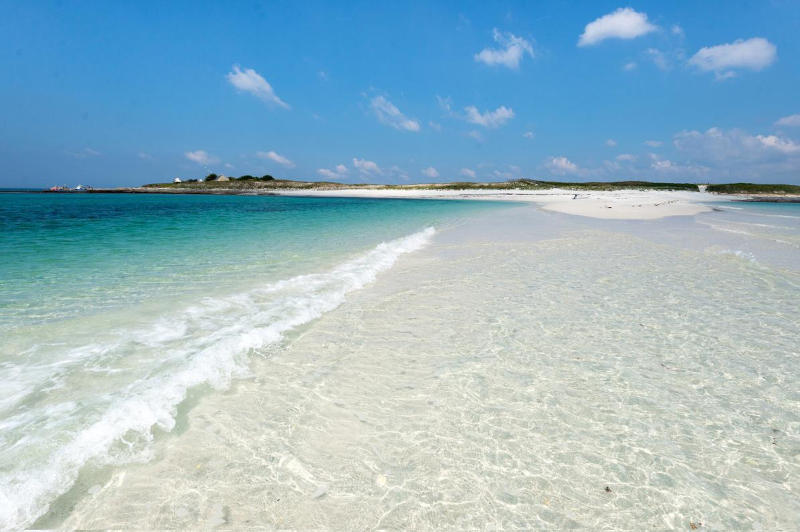 Plage de sable blanc avec une mer turquoise dans l'archipel des Glénan