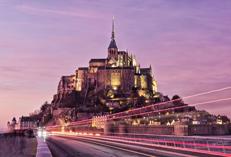 Vue du mont Saint Michel éclairé à la tombée de la nuit