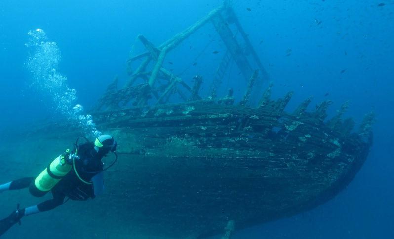 Plongée sous-marine devant une épave dans les eaux cristallines de la Méditerranée